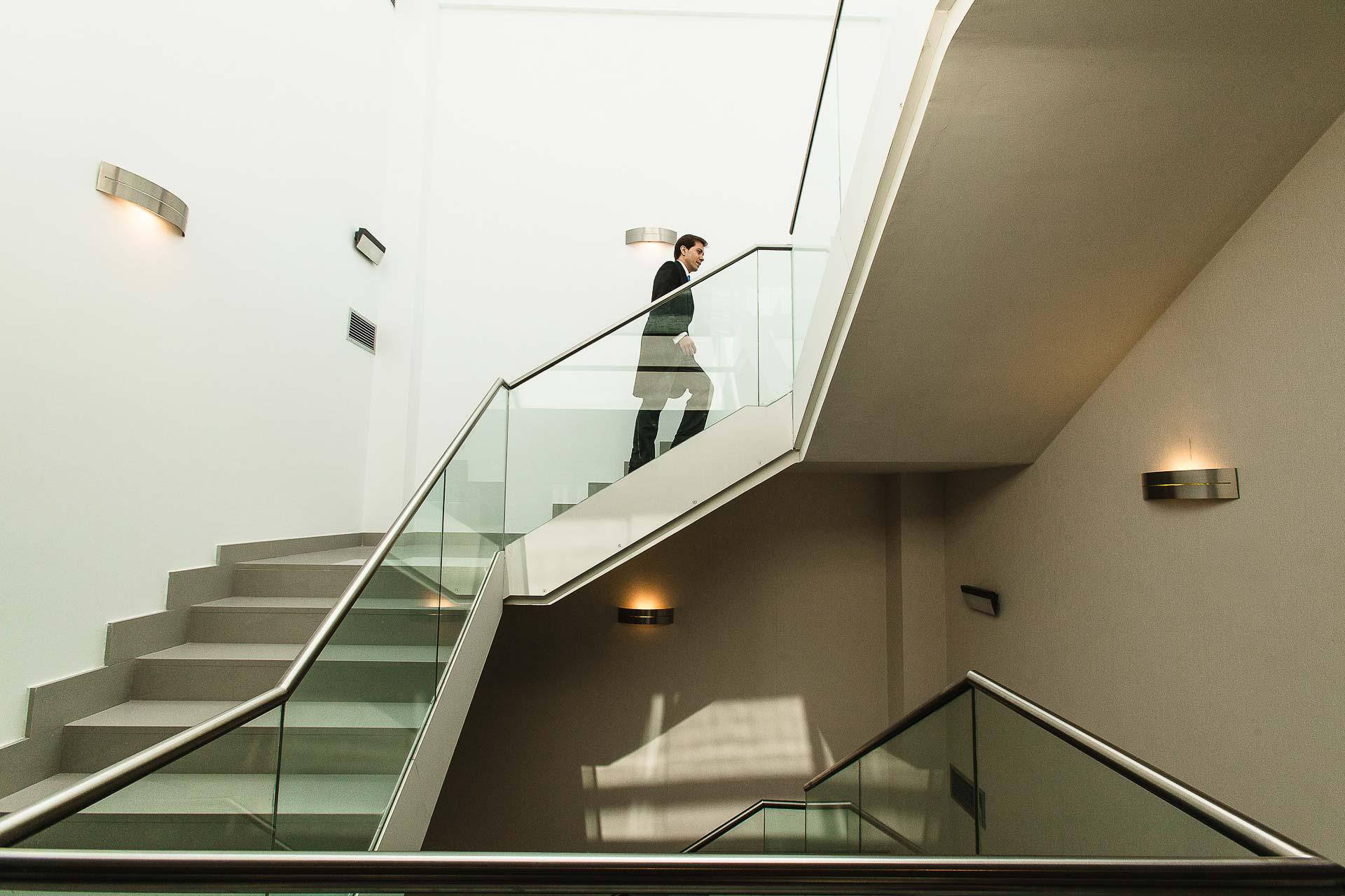 Boda Huesca Hotel Abba Retrato Novio Escaleras
