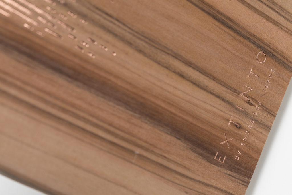 Fotografia de producto fondo blanco Extinto Ductus Estamping