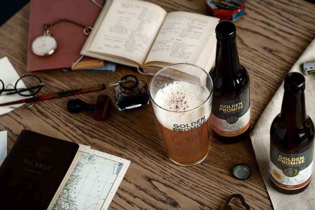 Fotografia de Producto Zaragoza Publicitaria Golden Promise Mesa Aventureros Cervezas y vaso