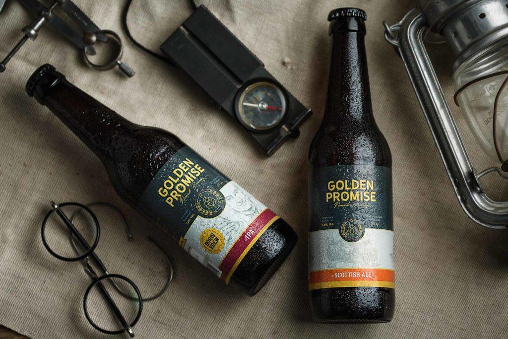Fotografia de Producto Zaragoza Publicitaria Golden Promise Mesa Aventureros Cervezas y gafas