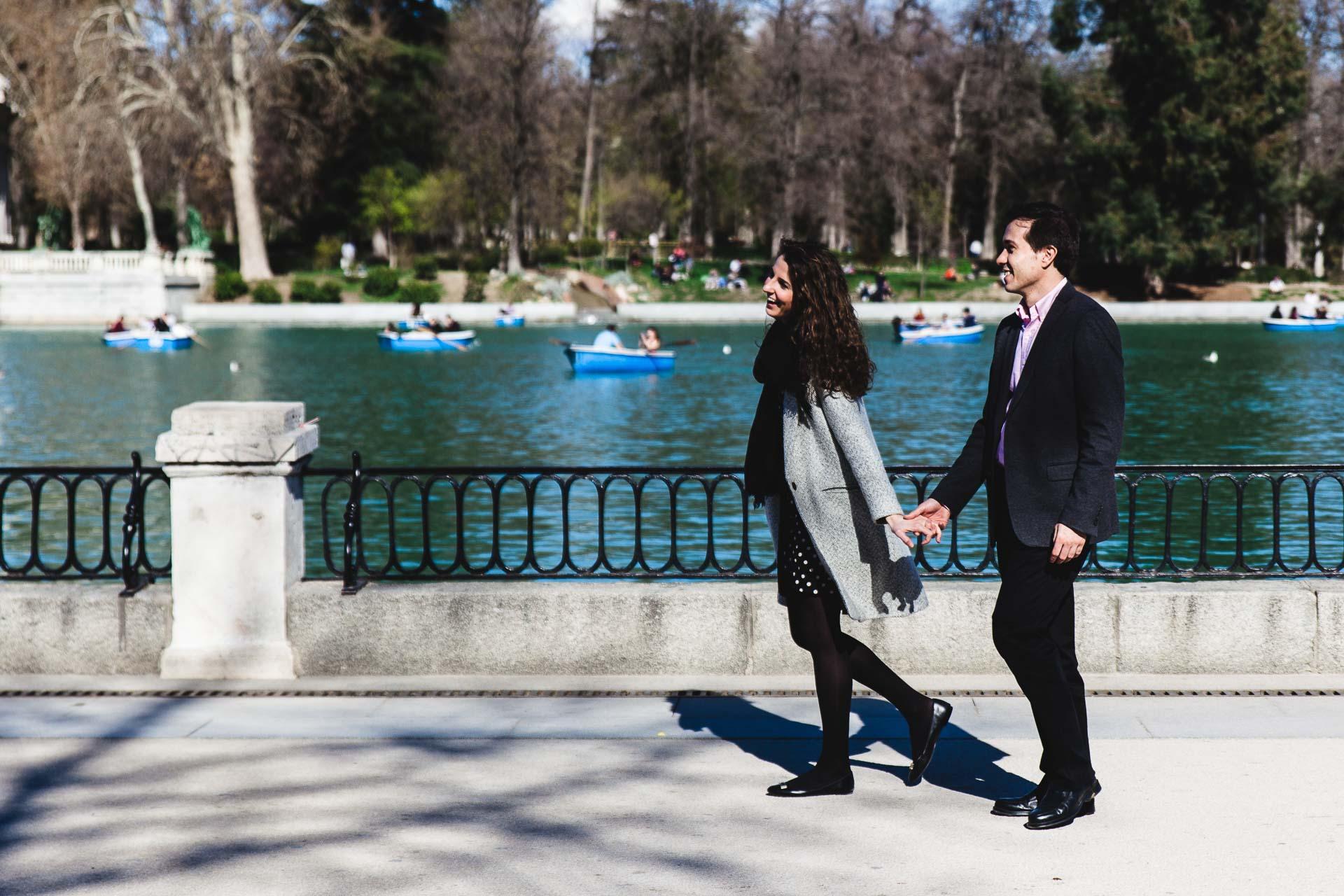 Fotografia Preboda Madrid Sesion pareja Estacion Parque del retiro Paseo